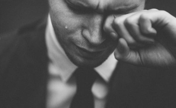 悲しむ男性